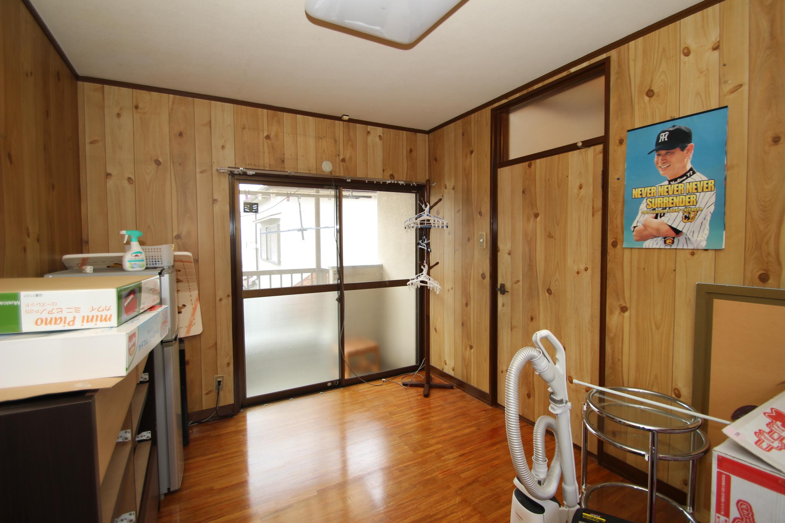 2階洋室6畳。クロスを張り替えれば、お部屋の雰囲気はガラッと変わります。